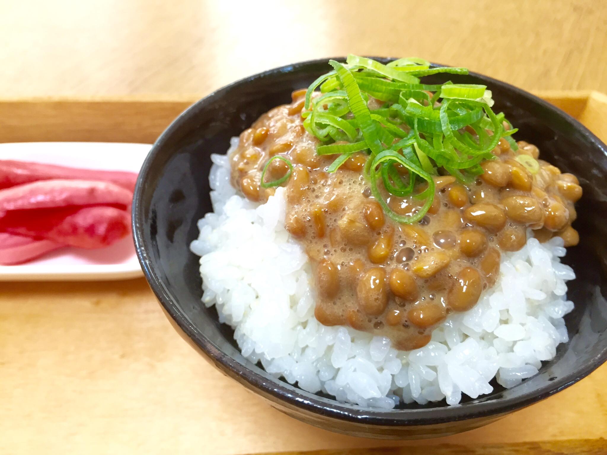 ご飯に納豆と薬味のねぎをのせる