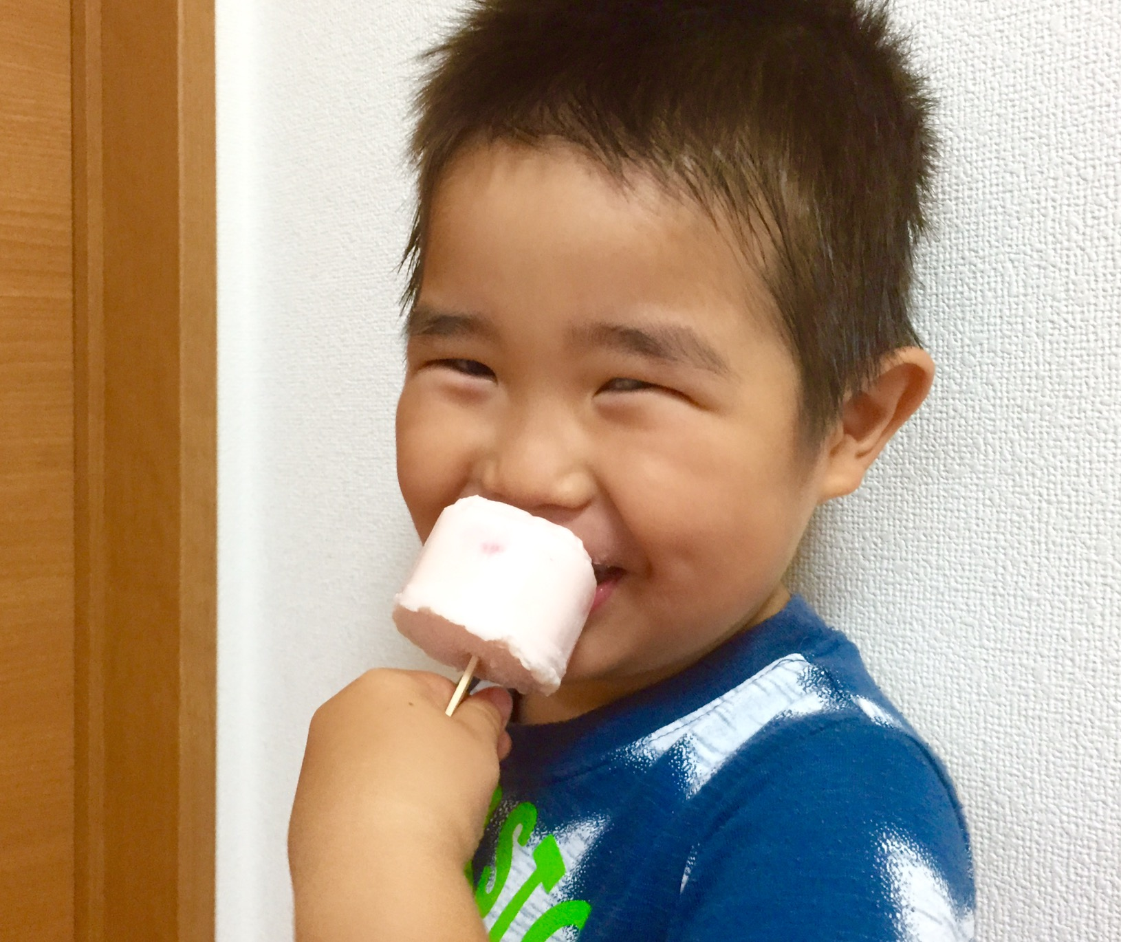 せんちゃん、アイスを食べてニコリ