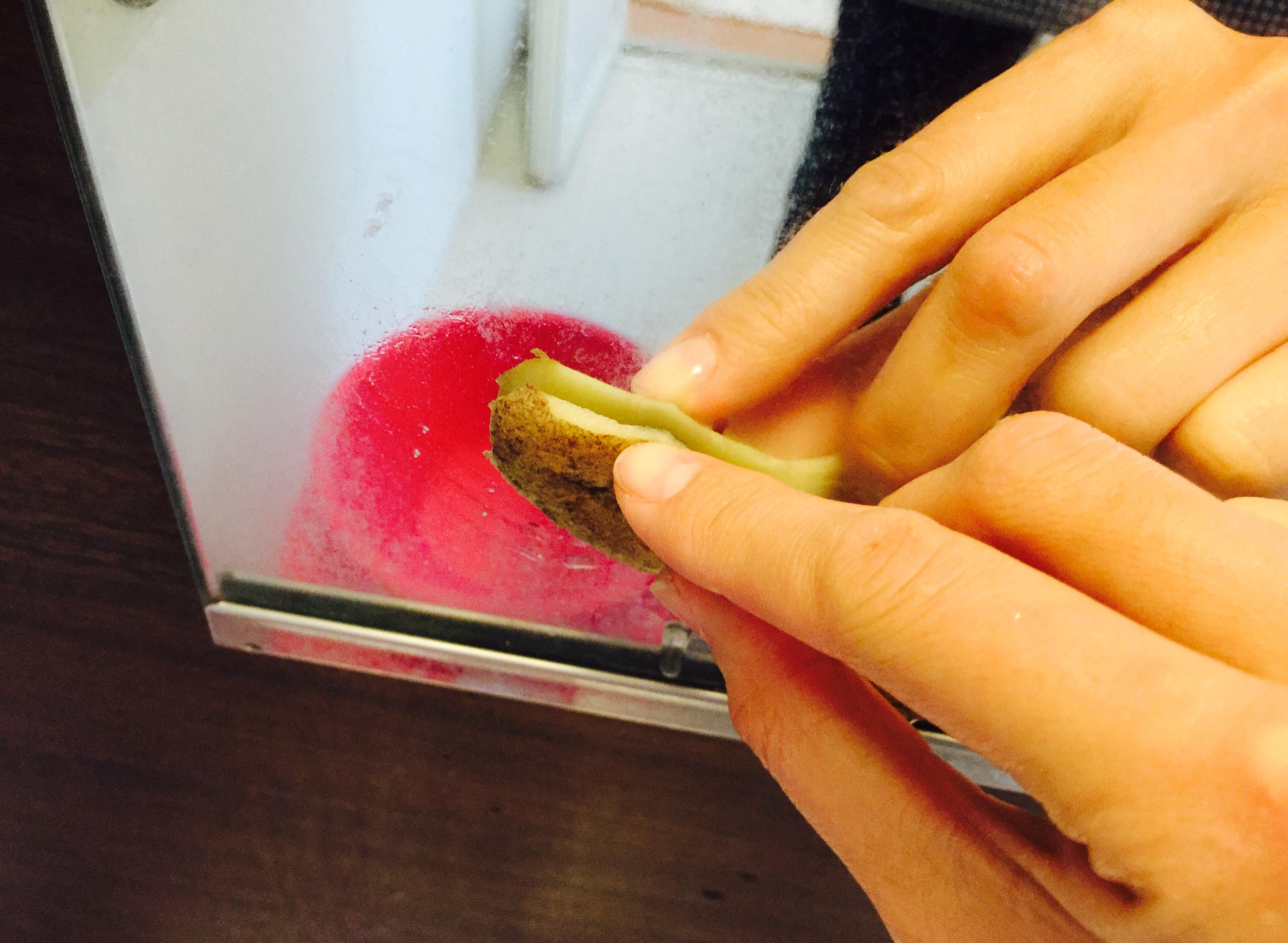 鏡をジャガイモの皮で擦る