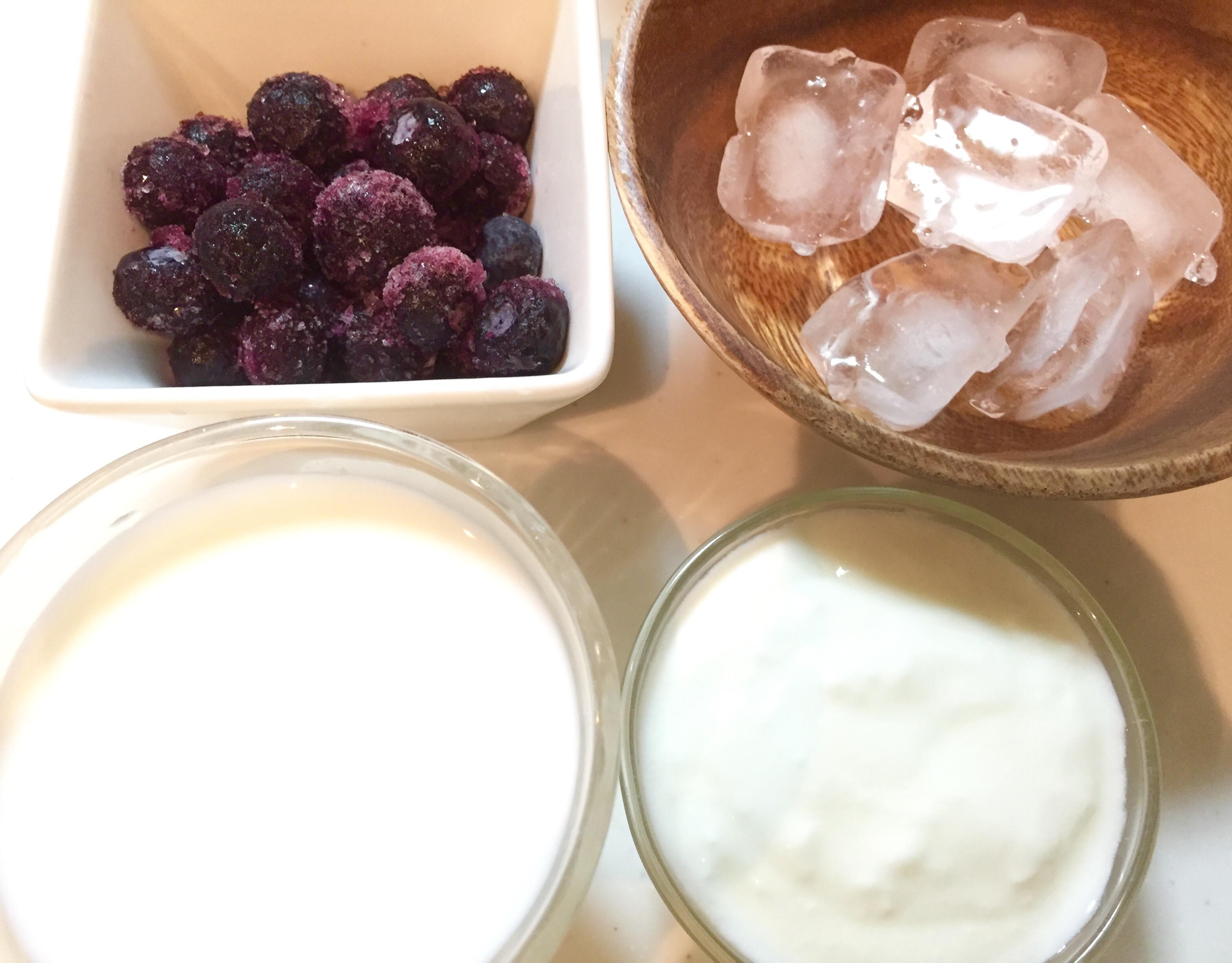 ヨーグルトの酸味とフルーツの甘酸っぱさが牛乳でまろやかになって、ゴクゴク飲めちゃう美味しさ(≧∇≦)「マンゴー&ブルーベリーラッシー」