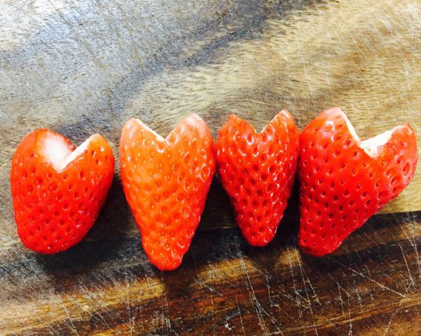 苺をハート形にカット