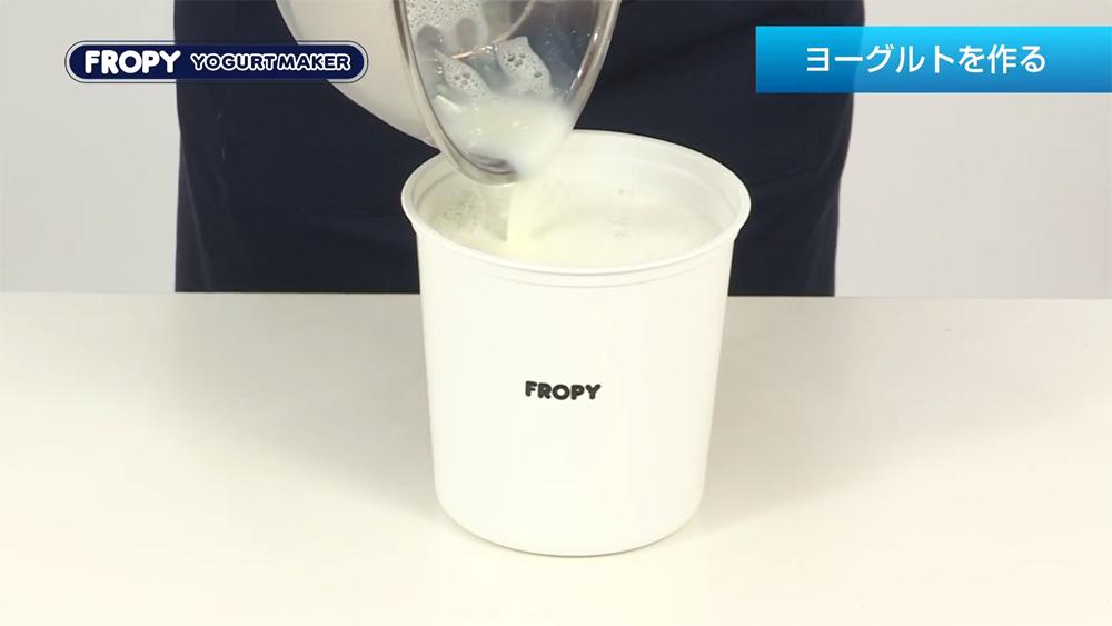 スキムミルクをお湯で溶かします