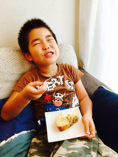 バナナケーキを食べるせんちゃん