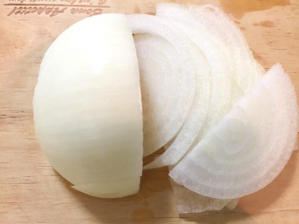 玉ねぎを繊維に垂直にスライス