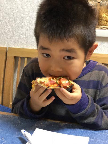 ピザを食べるせんちゃん