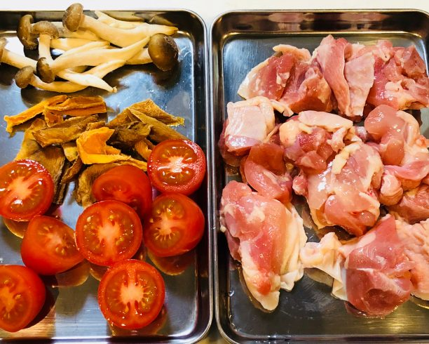 ドライマンゴーとトマトの鶏モモヘルシー煮込みの材料