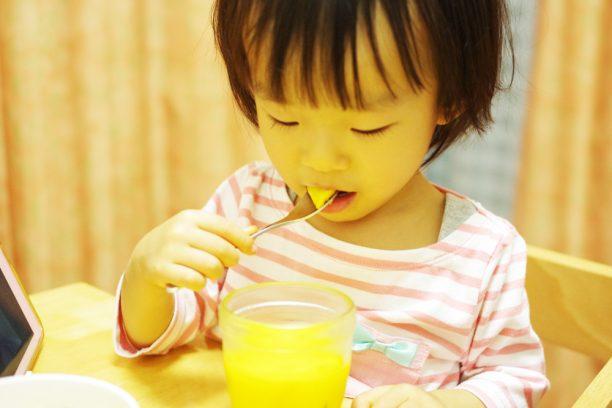 かぼちゃプリンを食べるあすかちゃん