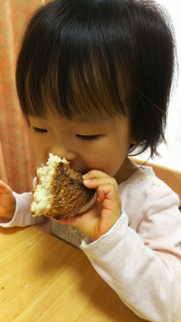 ヨーグルトブレットを食べるあすかちゃん