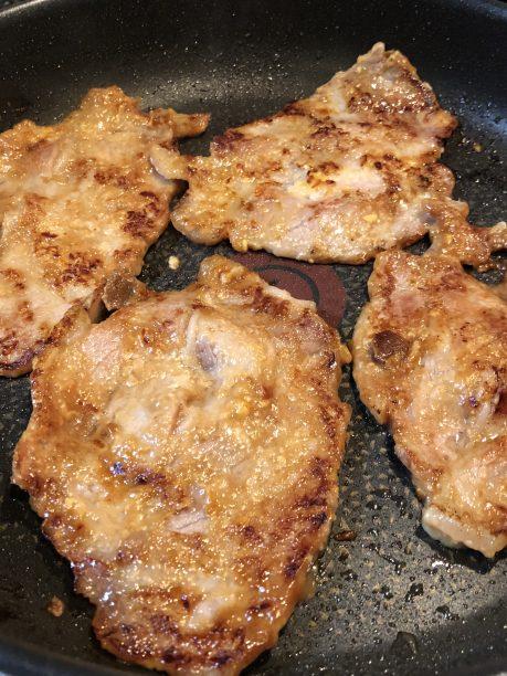 フライパンで豚肉を焼く