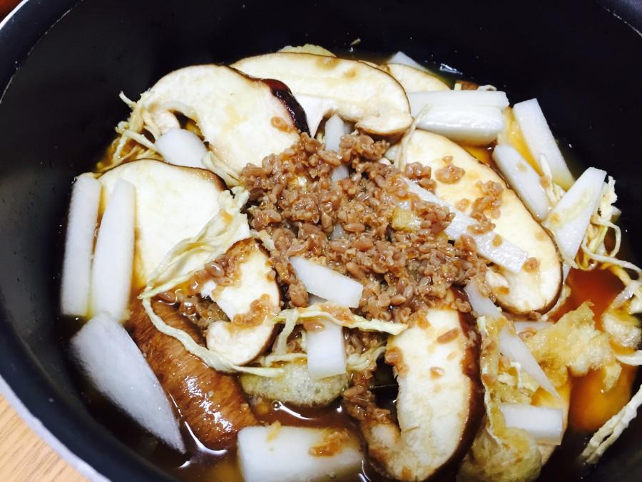 鍋に米、昆布、具材、合わせ調味料の順に入れます。