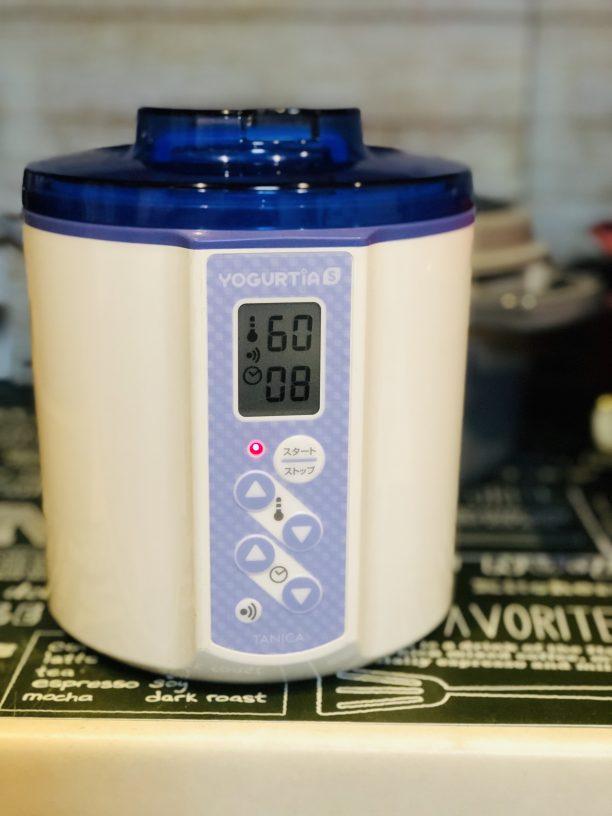蓋をしてヨーグルティアに入れたら、設定温度60度、タイマー8時間にセットしてスタート!