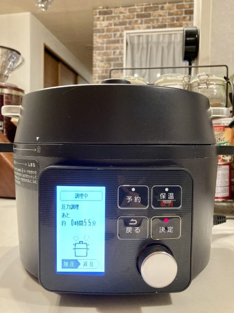 電気圧力鍋の蓋をし、加圧15分でスタート!
