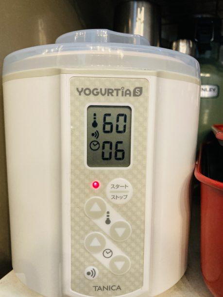 蓋をしたらヨーグルティアに入れ、温度60度、タイマー6時間にセットしてスタート!