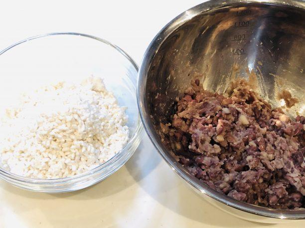 ほぐした米こうじと煮小豆を同量用意します。