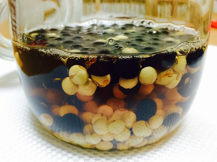 見える所に置き、豆が酢を吸って減ってきたらその都度酢を足します。
