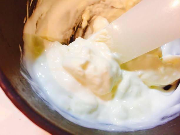 クリームチーズは室温に戻し、ヨーグルトを少しずつ混ぜながらクリームチーズを溶かします。