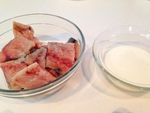 塩サバは骨を抜いて、食べやすい大きさに切り分けておきます。