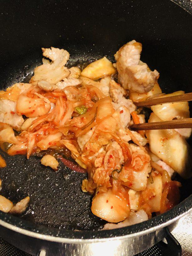 豚肉の色が変わってきたらキムチを入れて一緒に炒めます。