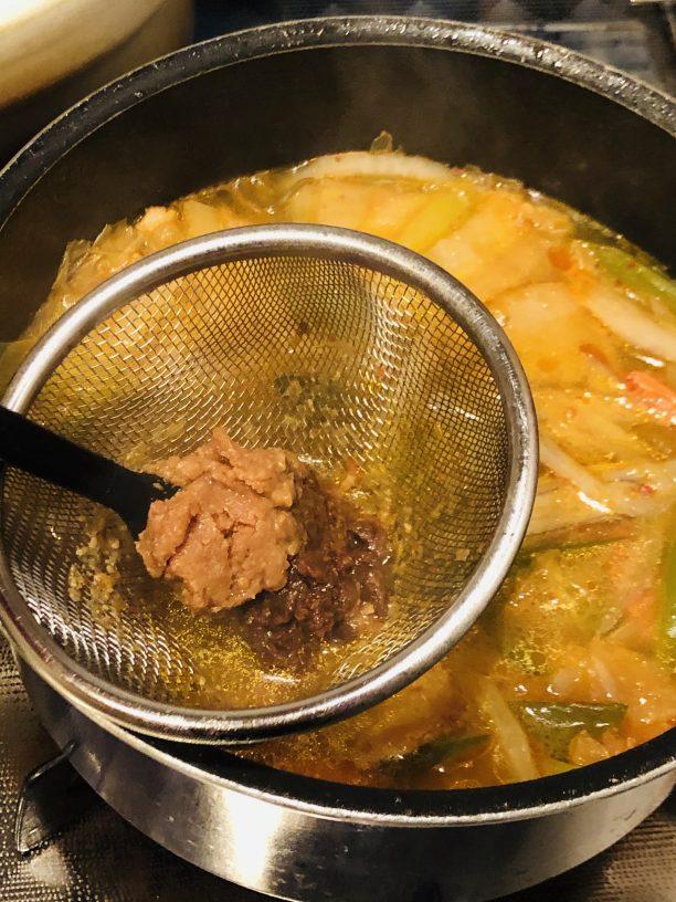 中火で5〜7分程煮込んだら火を消し、味噌を溶き、豆腐をいれます。