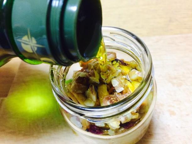 オリーブオイル、メープルシロップを流し入れます。