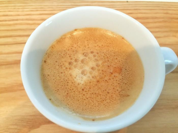 コーヒーシロップを作ります。 カップにインスタントコーヒーとココナッツシュガーを入れ、熱湯を加えて良く溶かします。
