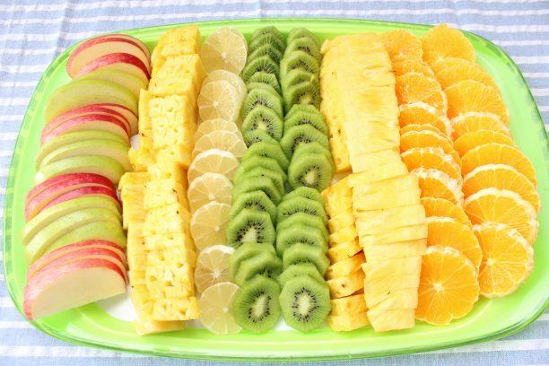 果物をしっかり洗い、皮をむきカットします。