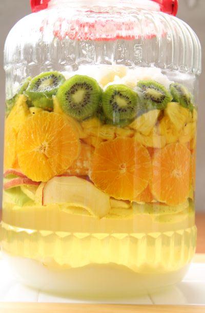 <発酵1日目> 果物は上に、砂糖は瓶の底に沈殿しています。
