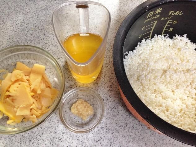 研いだ米に出し汁と塩こうじを混ぜ合わせ、水を3合に合わせて入れます。