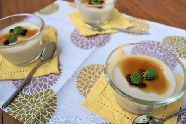 固まったら、お好みでクコの実や黒蜜などトッピングしてお召し上がりください。