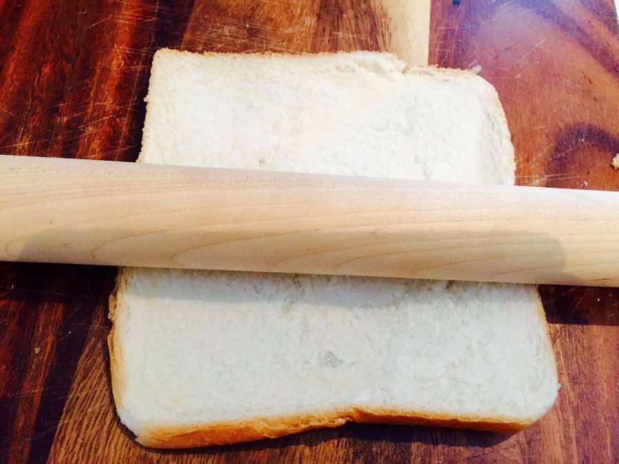 食パンを綿棒で薄く伸ばします