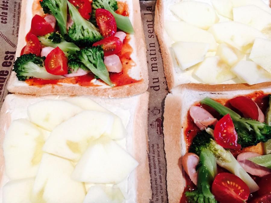 クリームチーズにはスライスしたりんご、ピザソースにはブロッコリー、ソーセージ、プチトマト、ピザ用チーズをのせます。