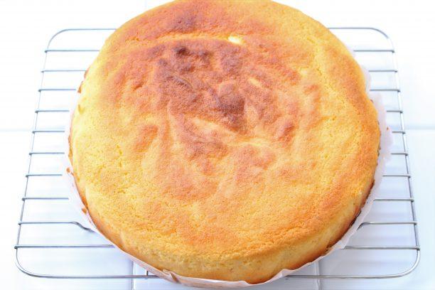 型から取り出し、ケーキクーラーで粗熱を取ります。