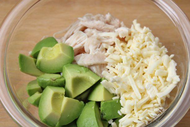 グラタンを作ります。 サラダチキンは手で裂き、アボカドは種と皮を取り除き、一口大にカットします。