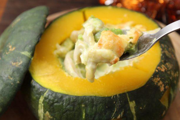 ②のかぼちゃの器に④を入れ、200℃のオーブンで20~30分ほど焼きます。