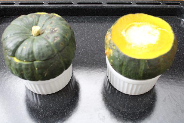深めの耐熱皿に⑤をのせ、オーブンの天板に置いて湯煎にかけます。160℃に予熱したオーブンで40~50分ほど焼きます。