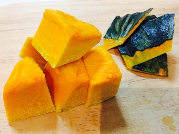 かぼちゃの皮を剥き、小さめに切り分け、電子レンジ600wで2分加熱します。