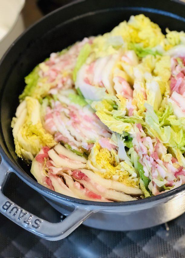 白菜に豚バラを挟んで、食べやすい大きさに切って鍋に詰めます。