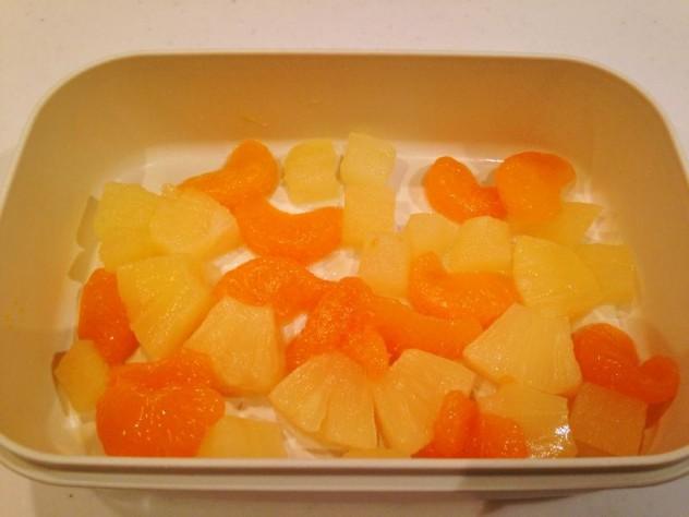 容器にフルーツを入れる