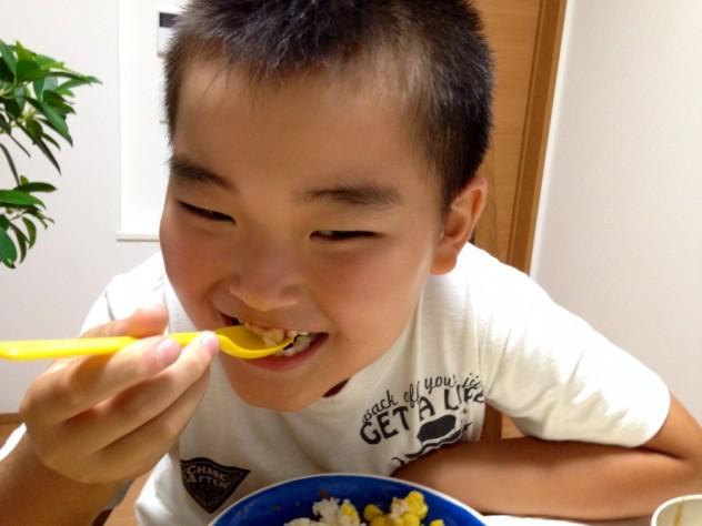 トウモロコシご飯をそうちゃんが食べる