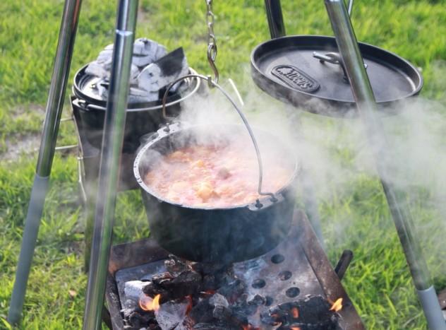 ダッチオーブンで煮込む