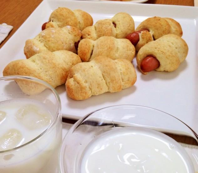 ウィンナーロールパンとヨーグルト
