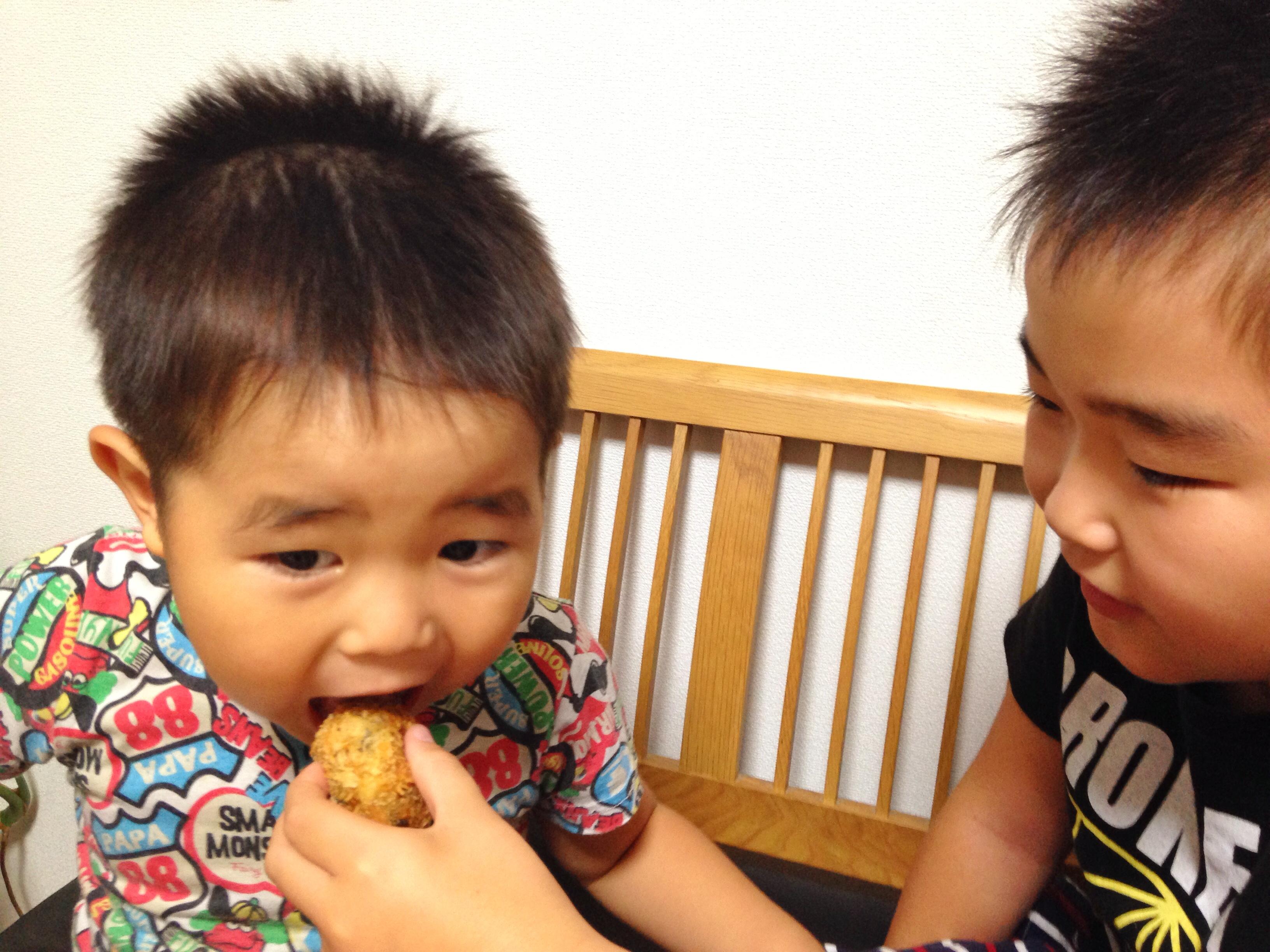 そうちゃん、せんちゃん塩麹里芋コロッケを食べる