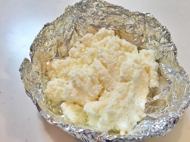 アルミホイルにリコッタチーズを入れます