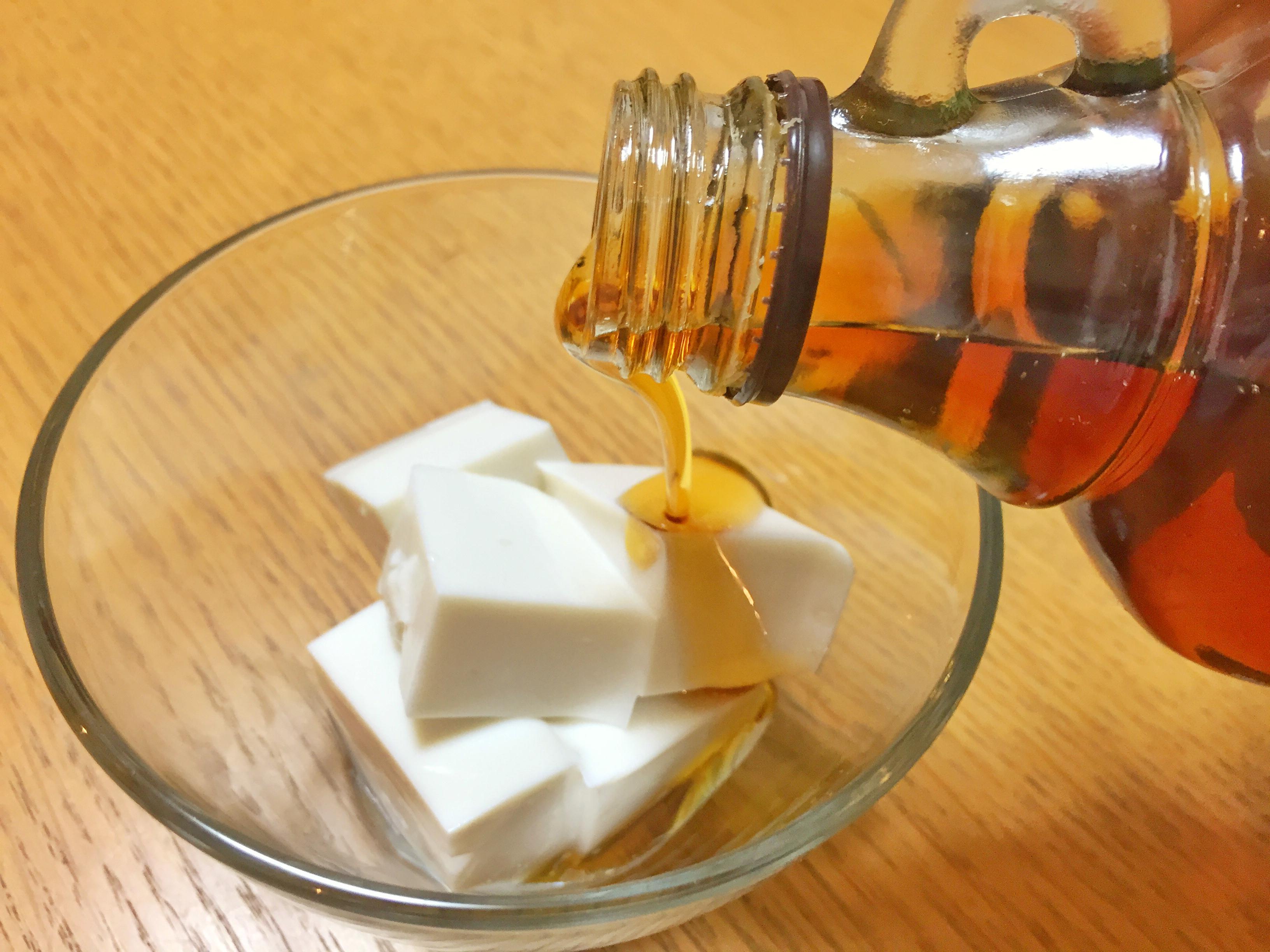 アーモンドミルク寒天にメープルシロップをかける
