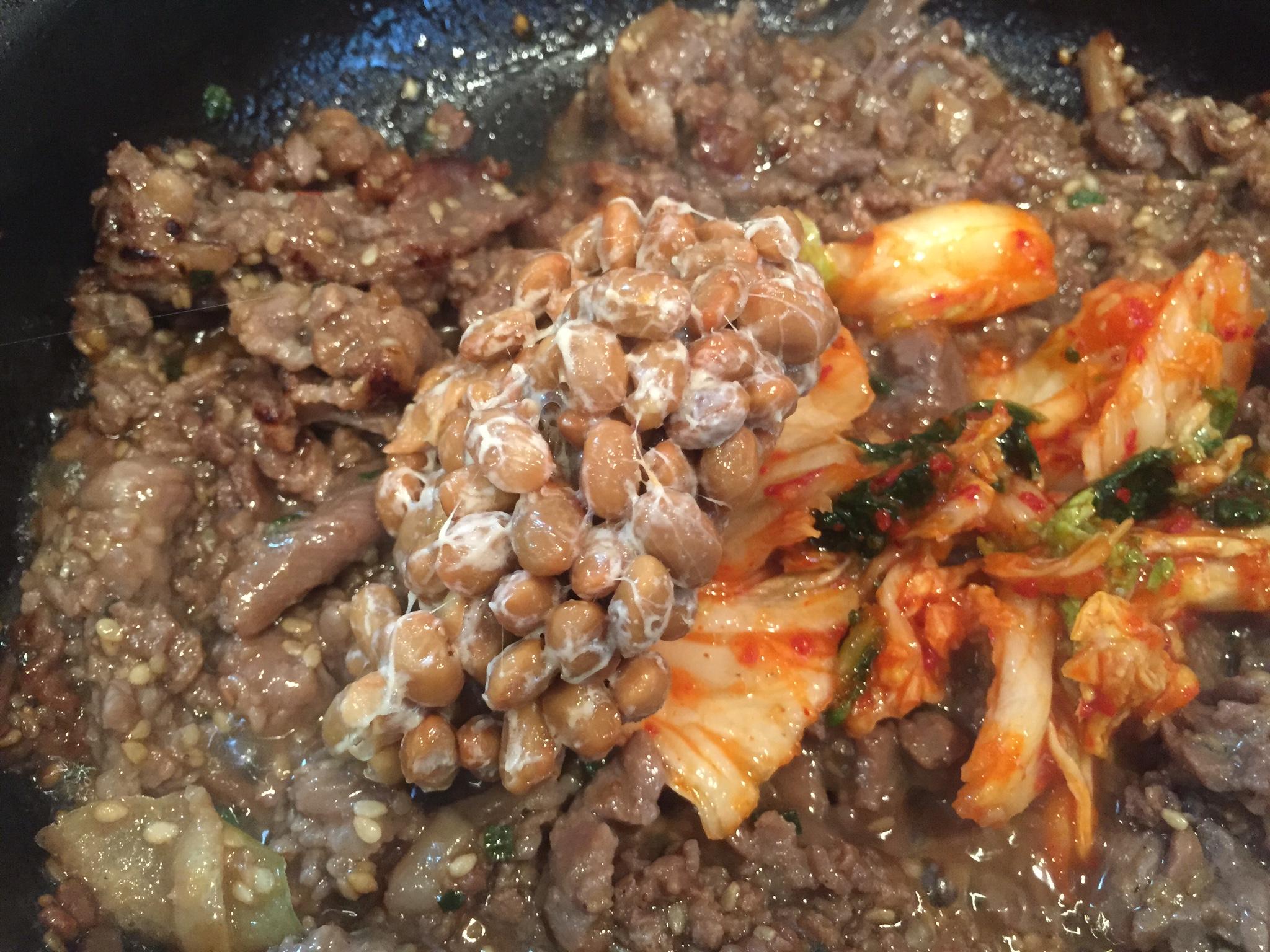 炒めたプルコギに納豆・キムチを加える