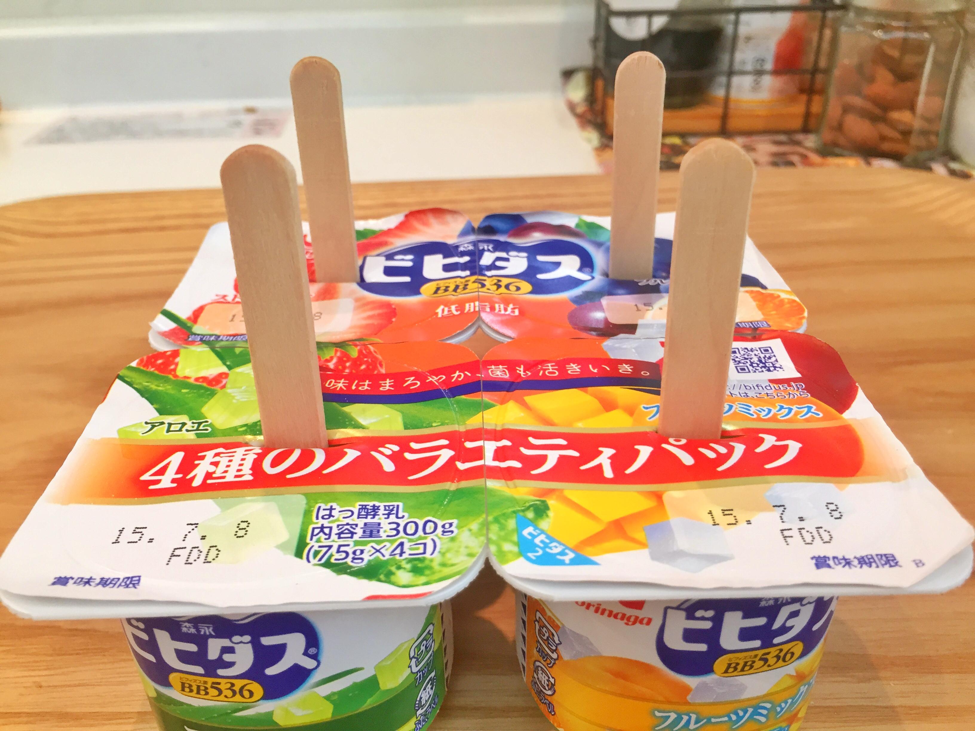 ヨーグルトのパッケージの中央にアイスの棒をさす
