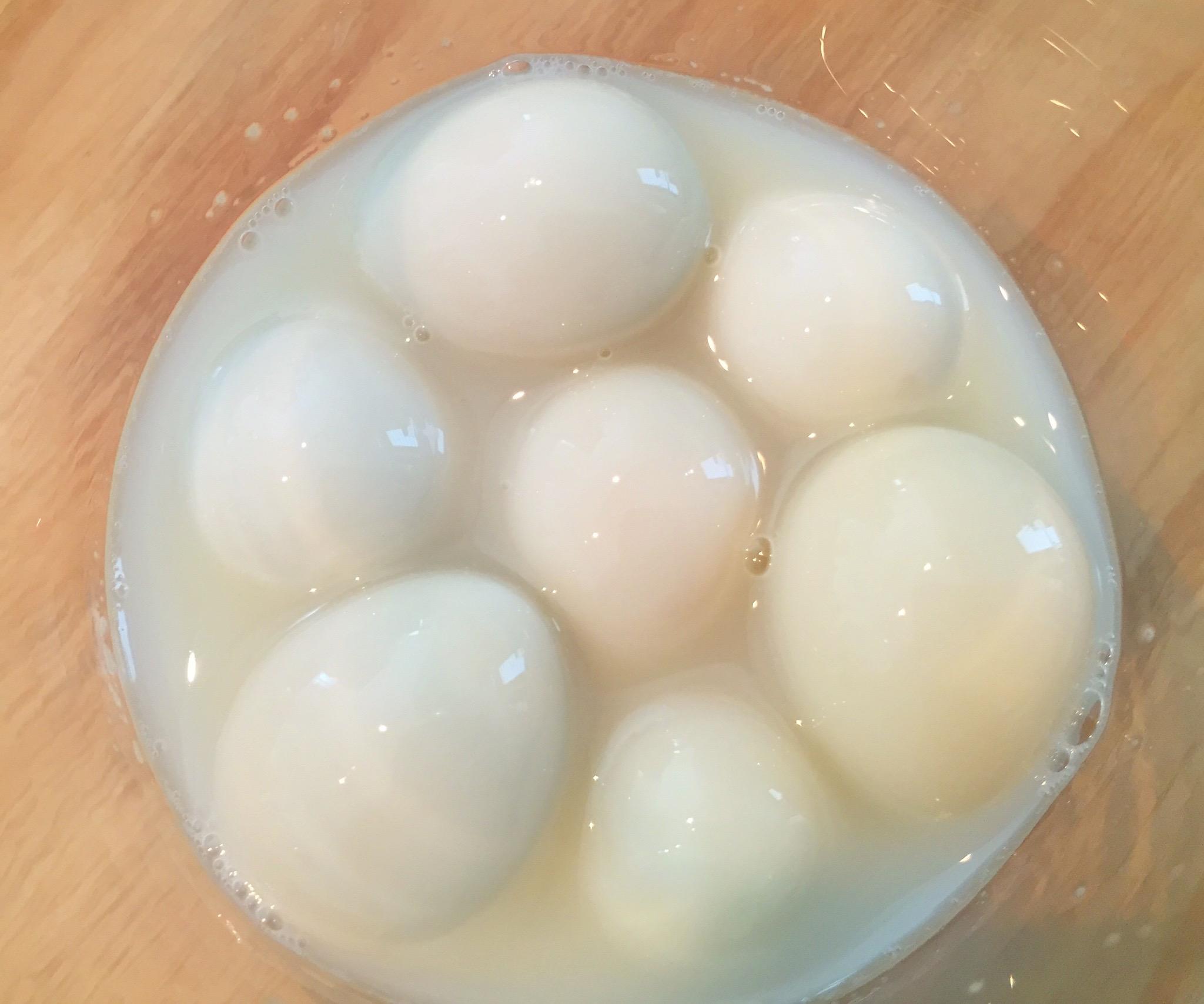 うずらの卵をカルピスに漬ける