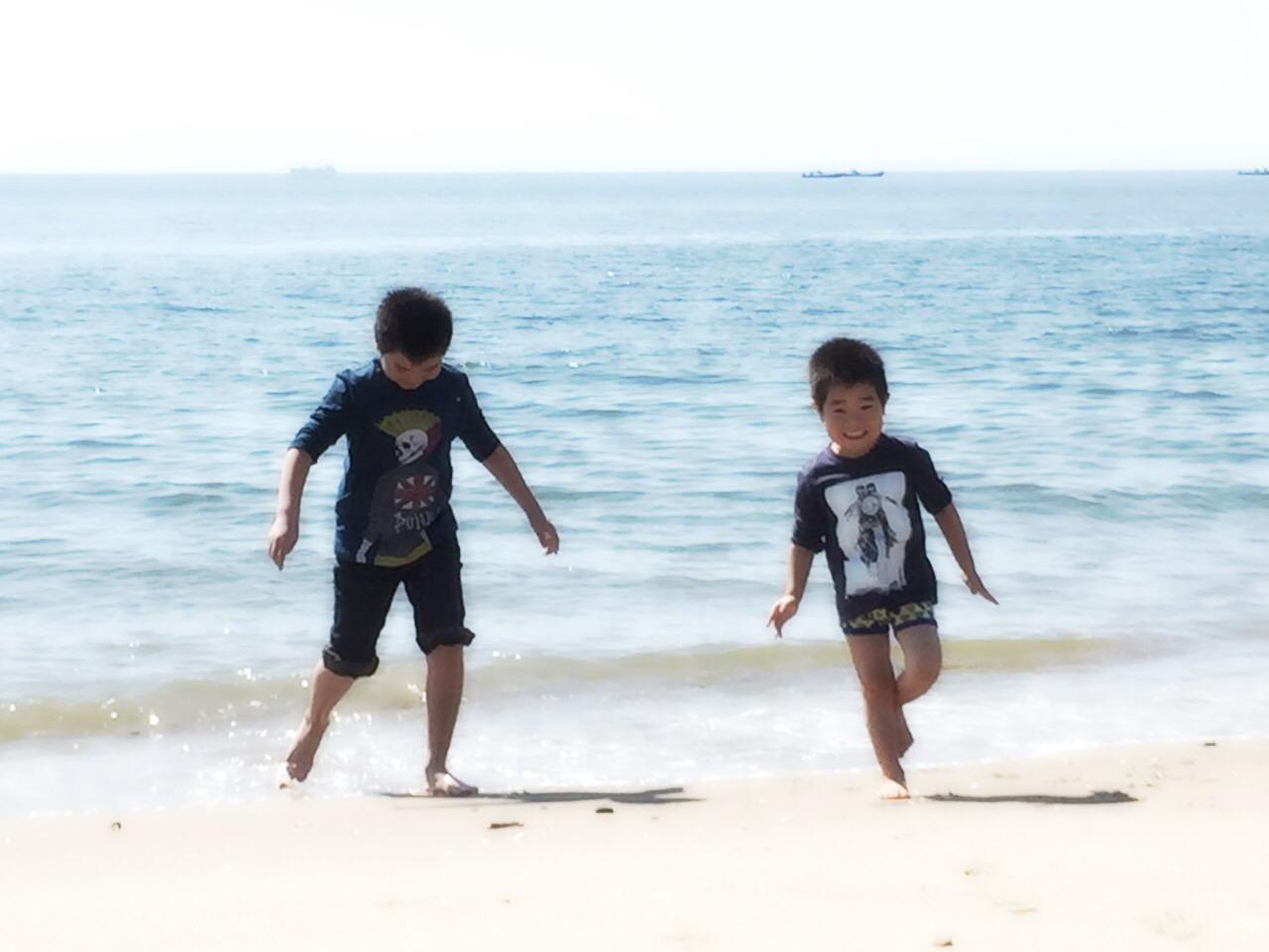 海岸で遊ぶせんちゃん、そうちゃん