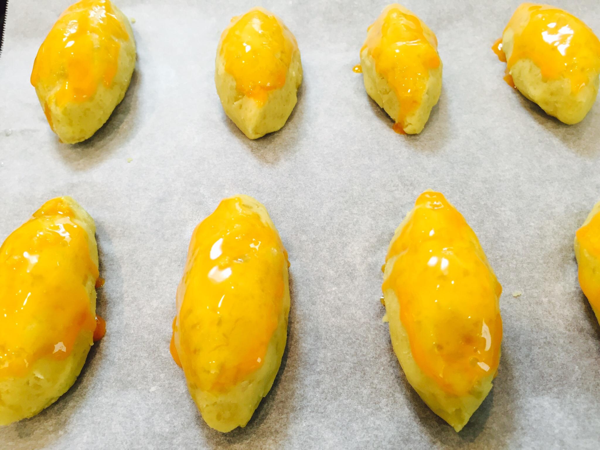 表面に卵黄を塗りオーブンで焼く