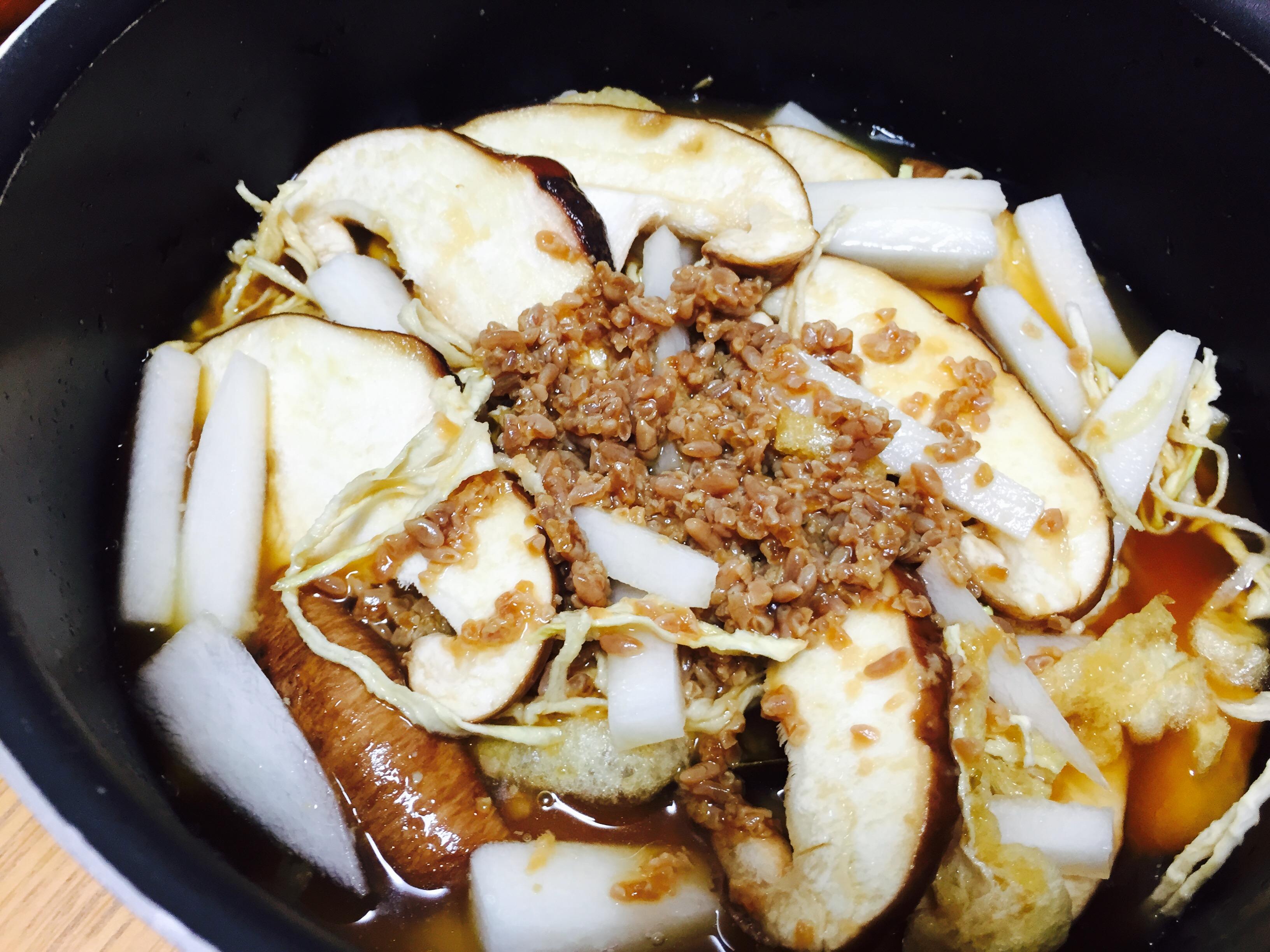 鍋に炊き込みご飯の材料を入れる